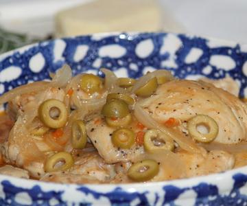 Muslos de pollo en salsa de aceitunas con romero