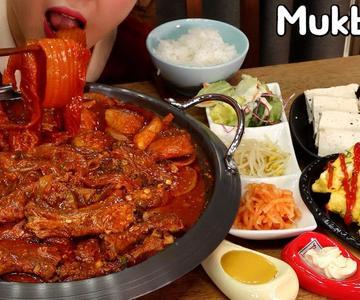 Pareja Mukbang│¡Cocinando un rollo de huevo para las costillas de cerdo cocidas en kimchi!😋