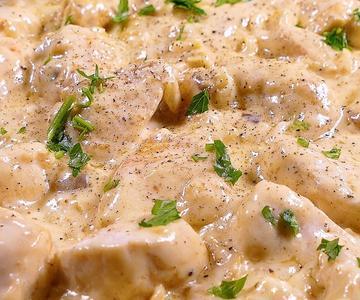 Pechugas de pollo en salsa de queso. Listas en cuestión de 30 minutos